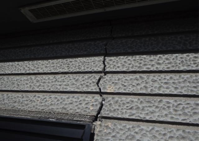 地震により外壁にクラックが発生