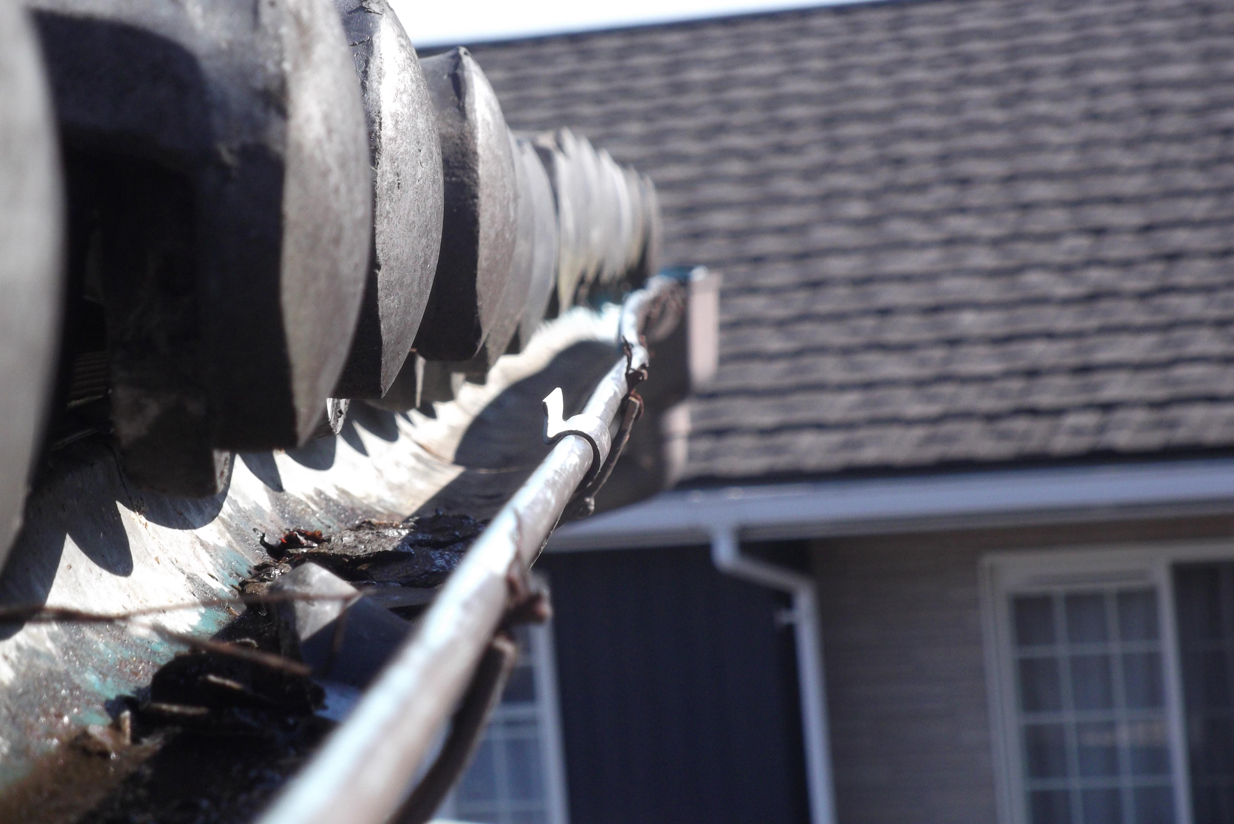雪害による軒樋の破損