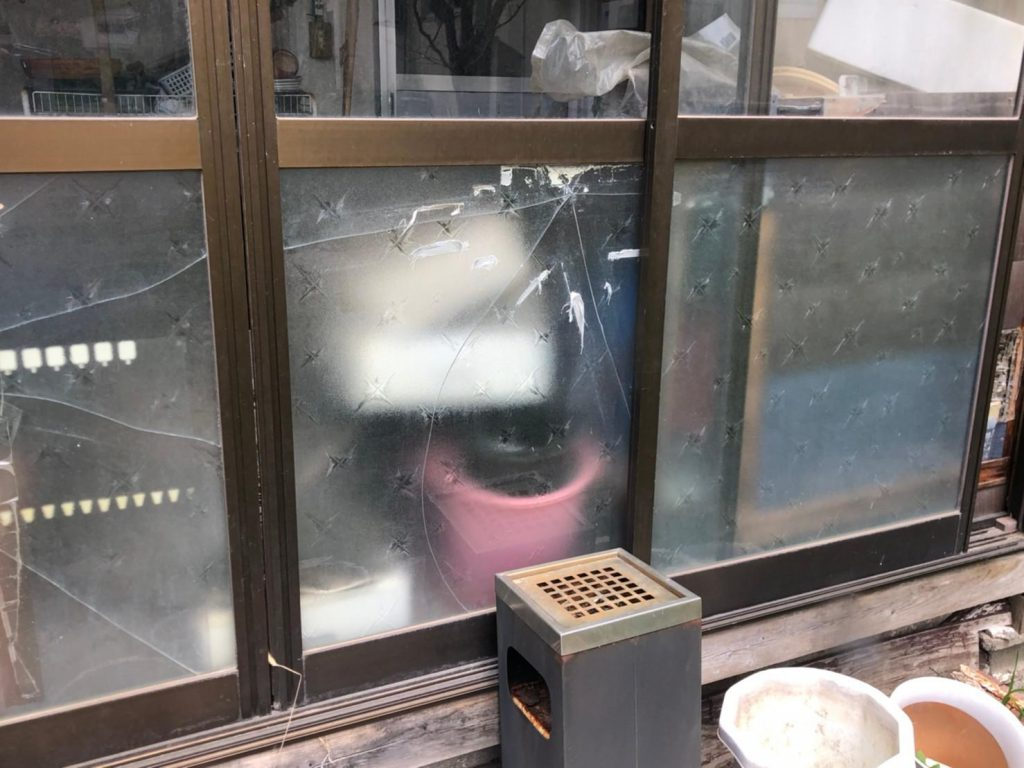 窓が割れている被害