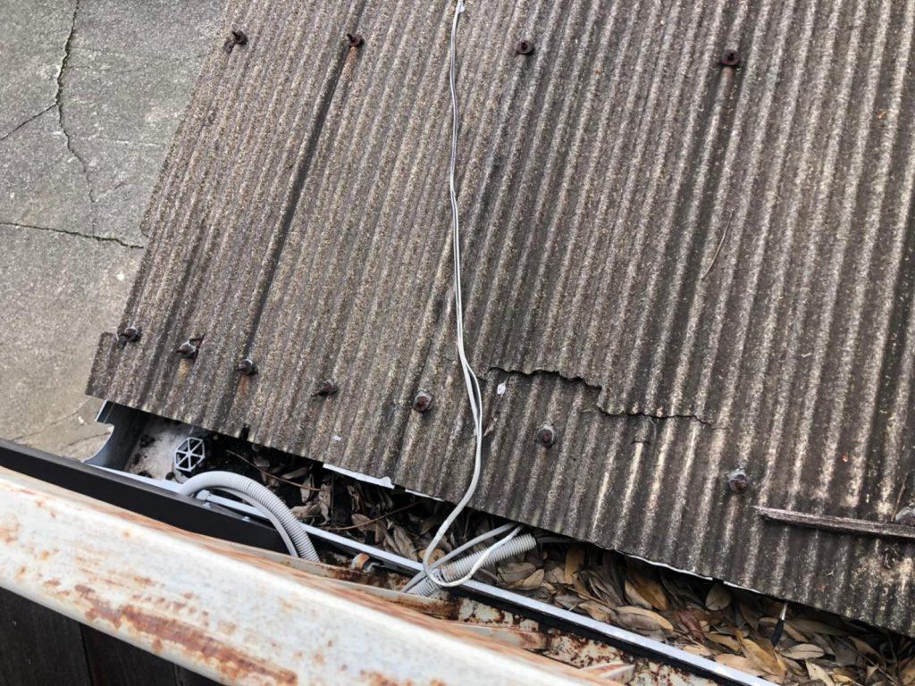穴が空いたトタン屋根